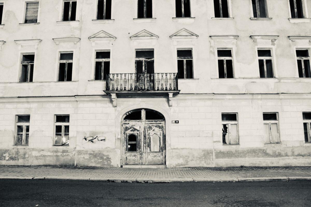 Schwarzweißfoto der Front des Hotel Weimar in Marienbad. Foto von Judith Schaefer